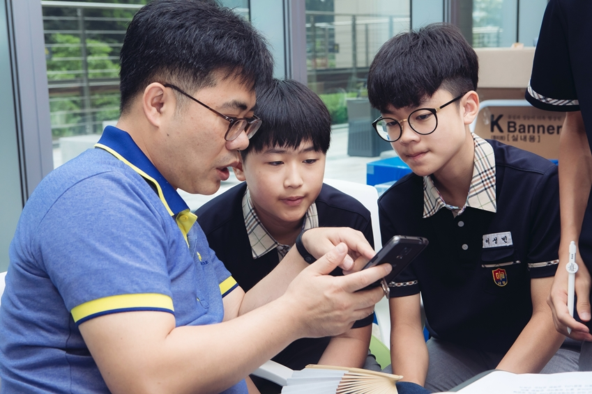 대회 중 멘토의 피드백을 받는 아이들