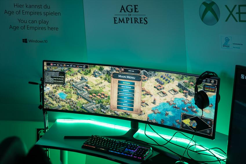 ▲Xbox 부스 내에 설치된 QLED 게이밍 모니터와 게임을 즐기는 게이머들