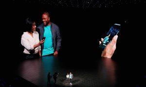 갤럭시 노트8 언팩 행사장에서 관객을 무대 위로 초청했다