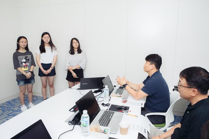 발표 후 피드백을 듣는 참가자들