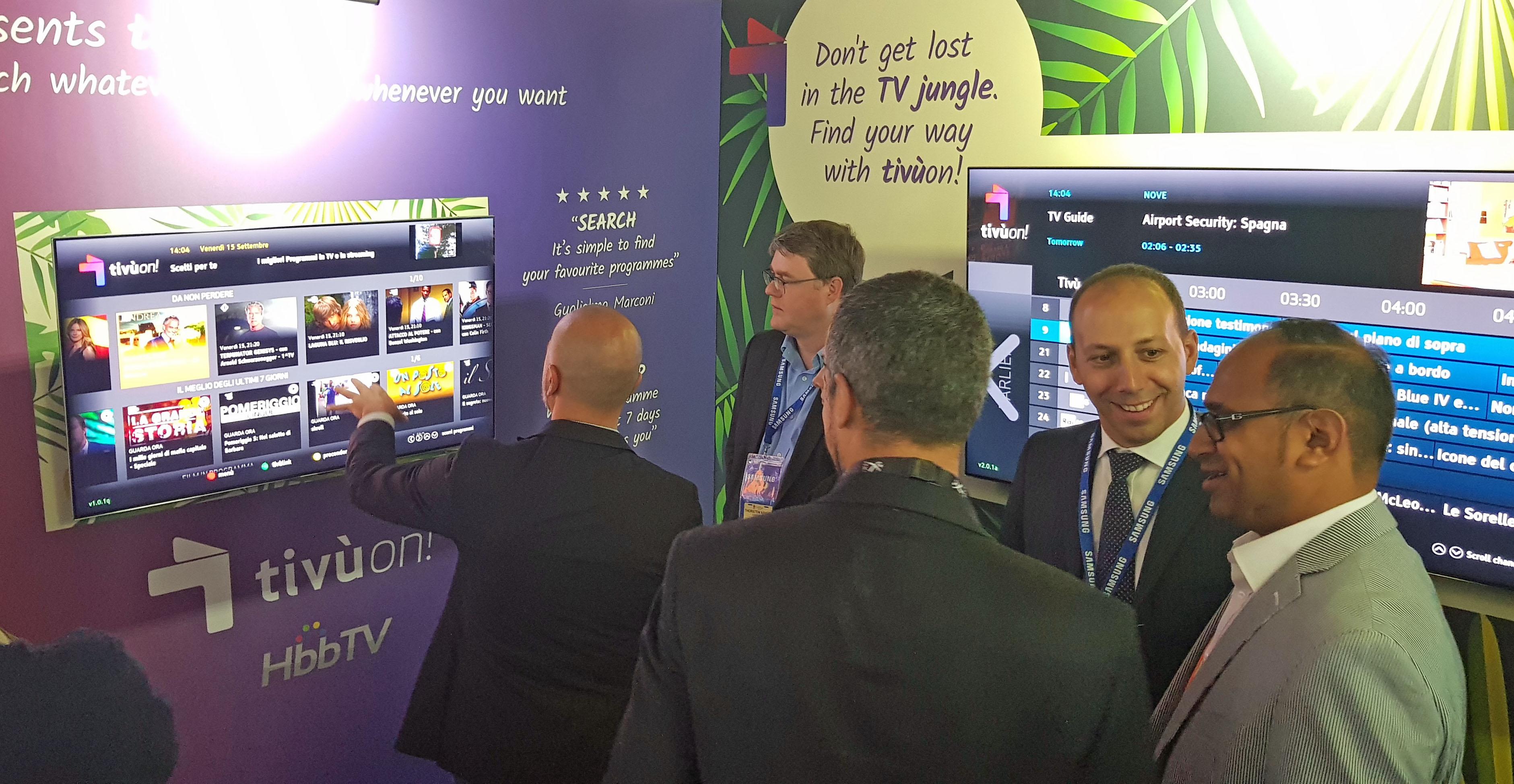 현지 방송업계 관계자들이 14일(현지시간) 부터 19일까지 네덜란드 암스테르담에서 진행되는 IBC 2017(International Broadcasting Convention) 삼성전자 부스에서 삼성 스마트 TV로 서비스 되는 티뷰앱을 살펴보고 있다