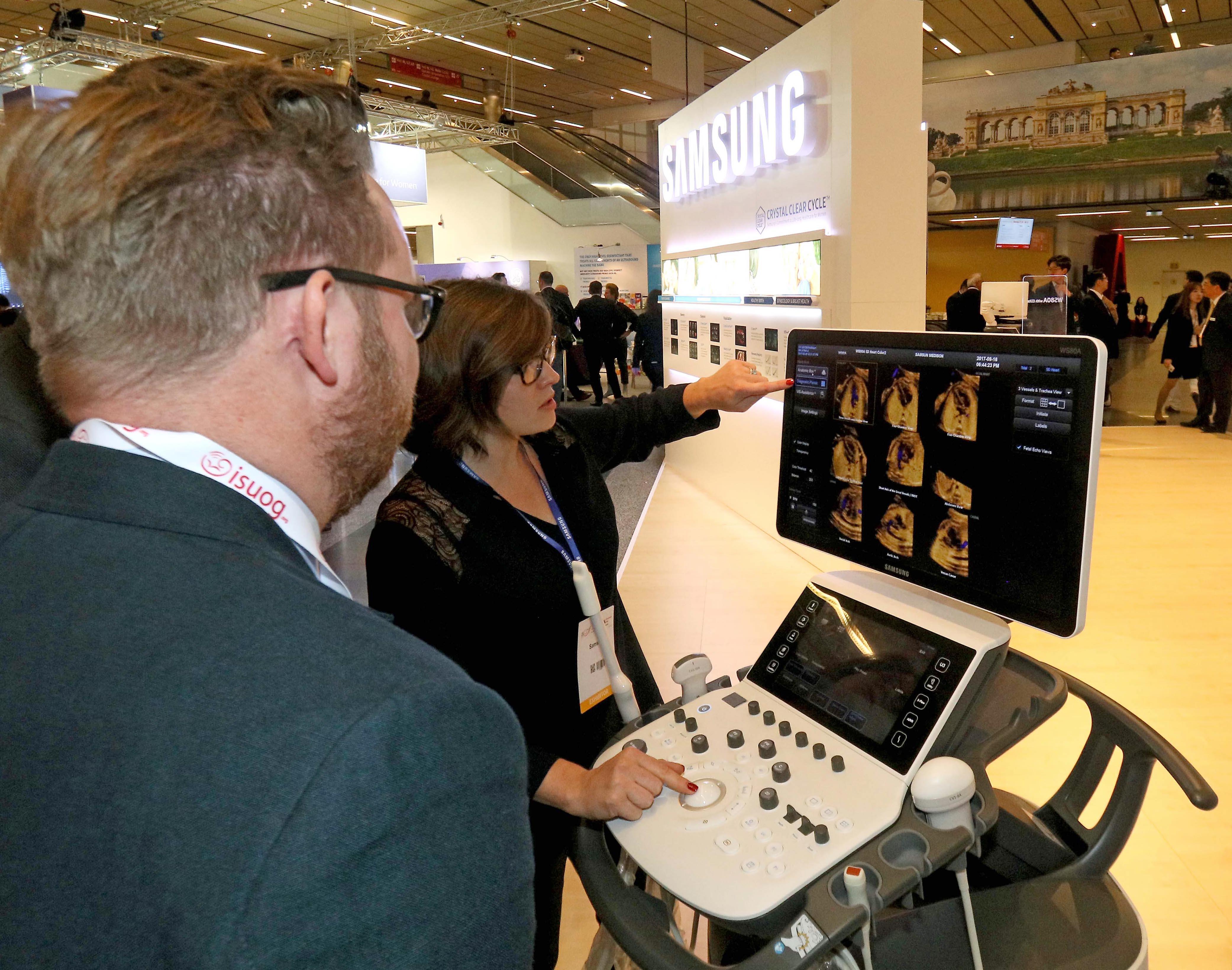 삼성부스를 방문한 참관객이 프리미엄 초음파 영상 장비 WS80A로 '5D Heart™' 시연을 지켜보고 있다.'5D Heart™'는 선천성 심장병 진단에 필요한 9개의 3D 표준 단면을 한 눈에 볼 수 있게 해주는 기능으로 이번 학회에서 임상유용성 사례가 발표됐다