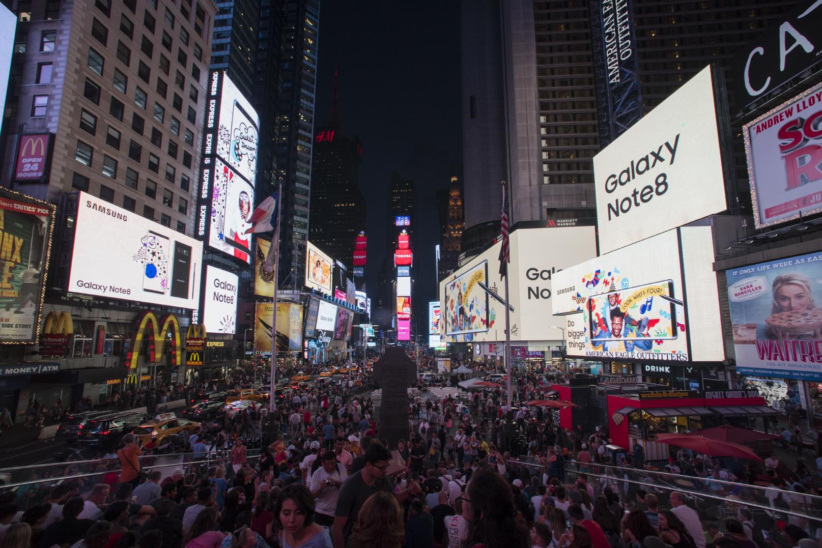 미국 뉴욕 타임스퀘어. 지난 9월 15일 '갤럭시 노트8' 미국 출시 당일,        타임스퀘어 42개 옥외광고판이 일제히 '갤럭시 노트8' 광고로 채워졌다.