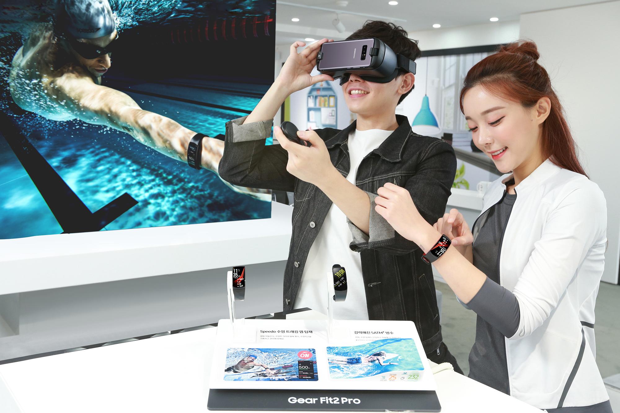 기어 제품 최초로 5ATM 방수 등급을 인증받은 GPS 피트니스 밴드 '기어 핏2 프로'와 신형 가상현실기기 '기어 VR with Controller'를 소개하고 있는 모습