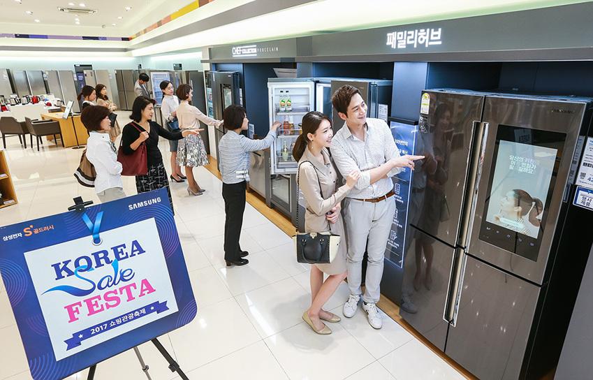소비자들이 서울 강남구에 위치한 삼성디지털프라자 강남본점에서 코리아세일페스타를 맞아 할인판매되고 있는 가전∙IT 제품들을 살펴보고 있다.