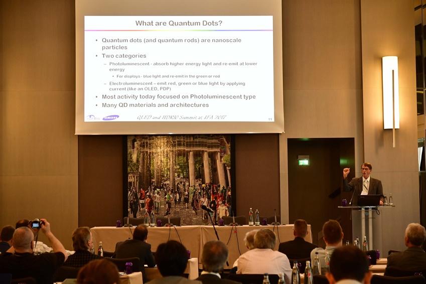 ▲ Insight Media 대표 Chris Chinnock가 퀀텀닷 기술에 대해 설명하고 있다