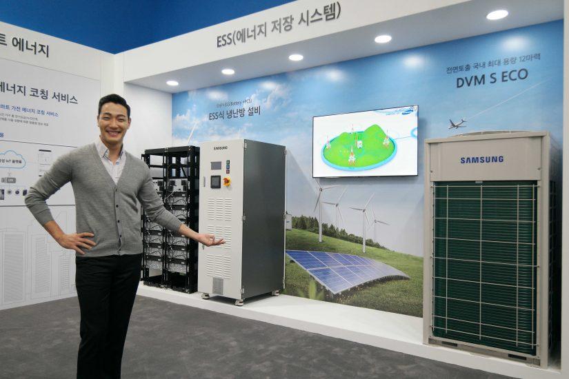 ▲ 2017 대한민국 에너지대전에서 삼성전자 모델이 '에너지 저장장치(ESS)'를 설명하고 있다.