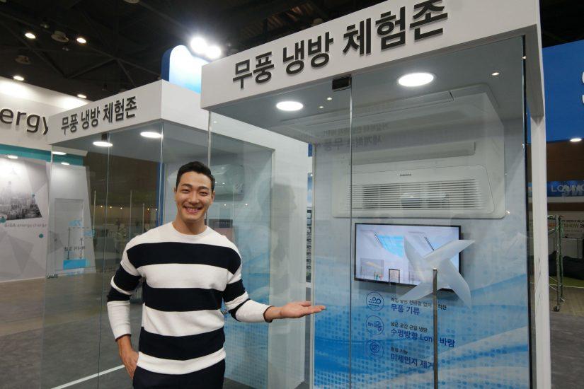 ▲ 2017 대한민국 에너지대전에서 삼성전자 모델이 전기료 절감에 효율적인 '무풍에어컨'을 설명하고 있다.