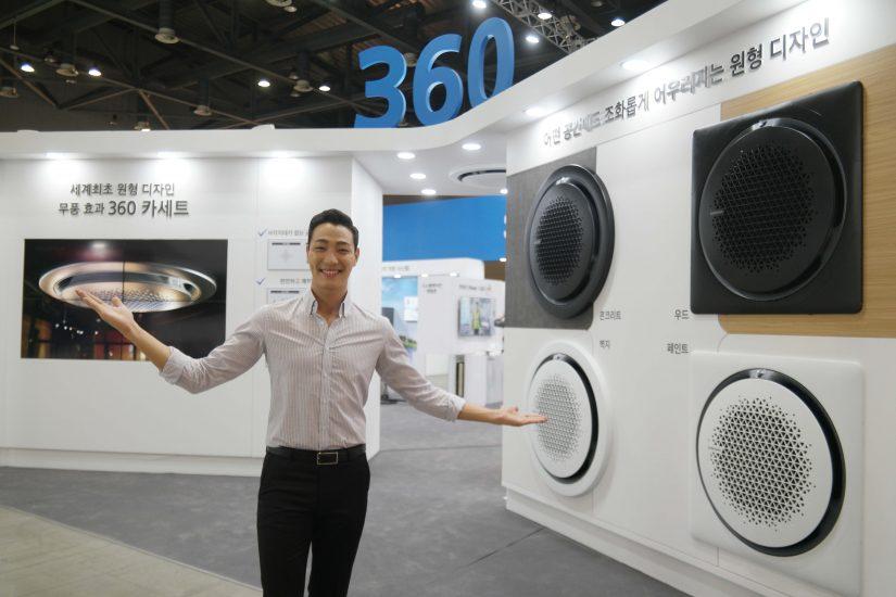 ▲ 2017 대한민국 에너지대전에서 삼성전자 모델이 '시스템 에어컨 360'을 설명하고 있다.