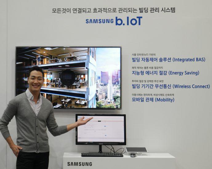 ▲ 2017 대한민국 에너지대전에서 삼성전자 모델이 '스마트빌딩솔루션 b.IoT'를 설명하고 있다.