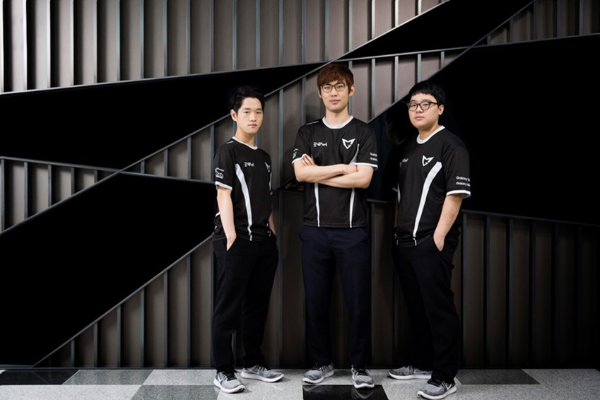 ▲ (왼쪽부터) 삼성 갤럭시 리그 오브 레전드 게임팀 소속 이민호(크라운), 강찬용(엠비션), 이성진(큐베) 선수