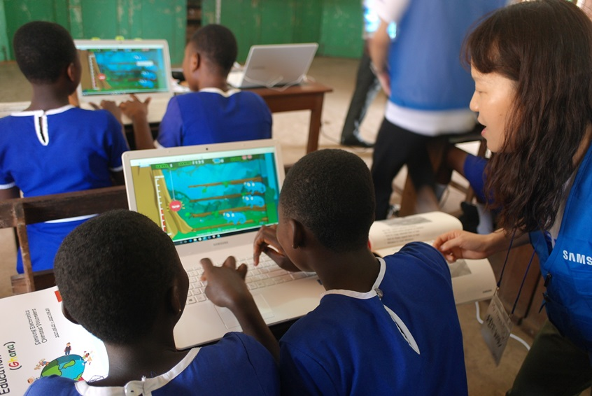 Bishop's Girls Basic School Accra 학생과 함께 컴퓨터 게임으로 수업을 진행하는 모습