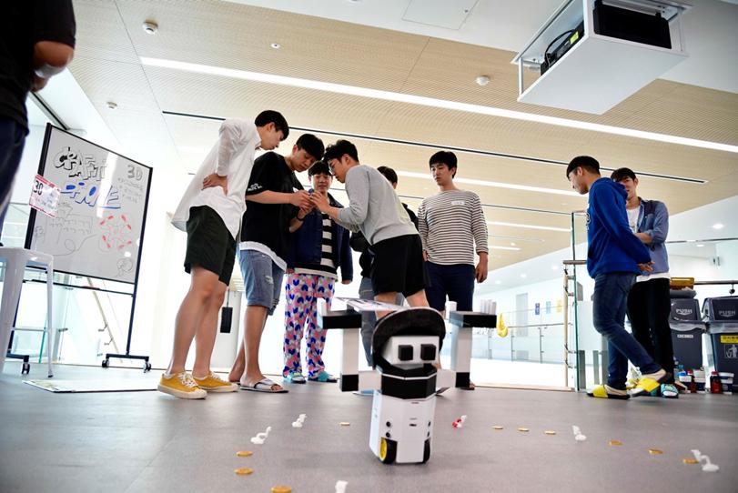 ▲모든 준비를 끝낸 팀은 다른 참가자 앞에서 자신들의 결과물을 미리 선보이기도 했다. 사진은 심부름 로봇 '쳇, 봇'을 개발한 동명의 팀원들이 시연에 나선 모습