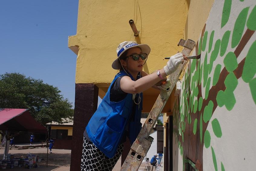 벽화를 그리고 있는 삼성 임직원 모습
