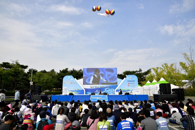 나눔워킹 페스티벌의 본격적인 시작에 앞서, 청소년 재능지원 프로그램의 하나로, 광주 지역 음악 전공 학생들이 거문고와 장구 연주를 선보였다.