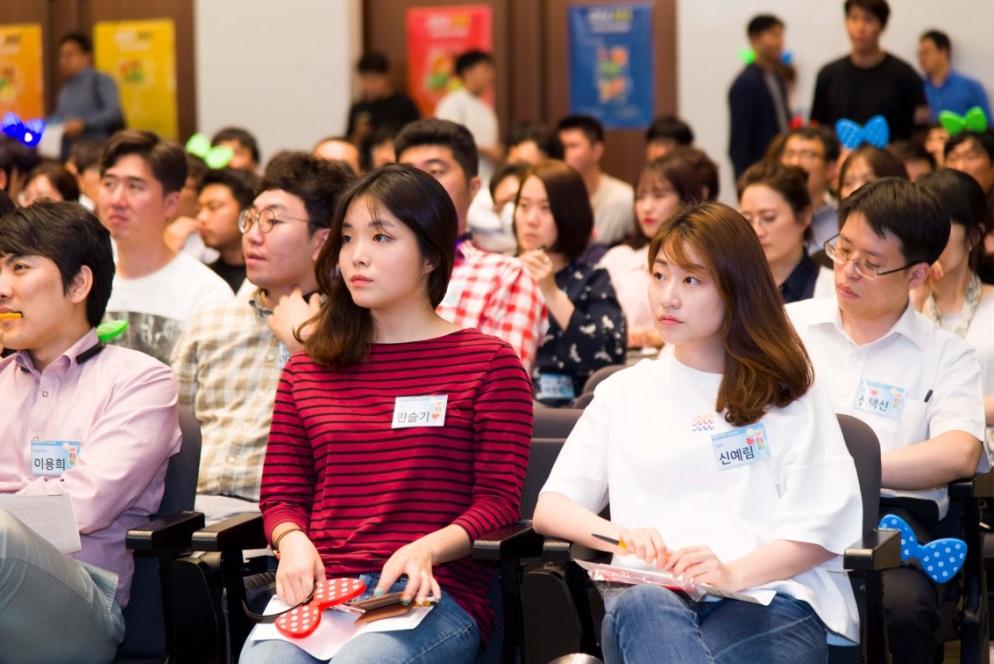 ▲팀빌딩 행사장을 찾은 올해 대회 참가자들이 진지한 표정으로 행사 진행 방식에 관한 설명을 듣고 있다