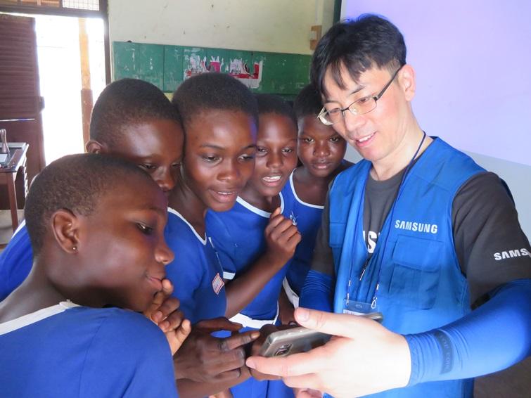 학생들과 함께 사진을 찍고 있는 삼성전자 임직원의 모습