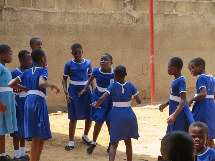 쉬는 시간 어김없이 춤을 추며 노는 아이들의 모습