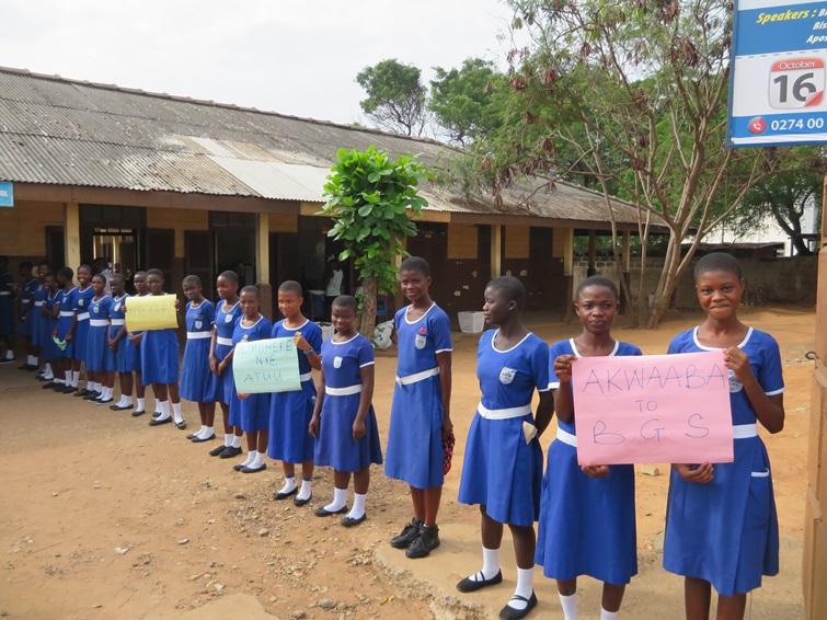 삼성전자 임직원들을 환영하고 있는 Bishop's Girls Basic School Accra의 학생들