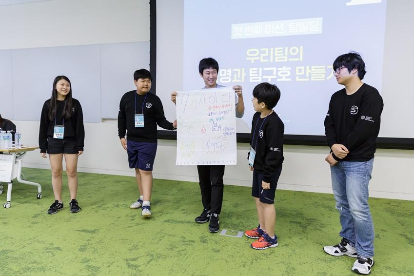멘토(사진 가운데)와 처음 마주한 자리에서 팀 이름을 상의 중인 7조 학생들. 열띤 토론 끝에 팀명은 (탄산음료 브랜드를 연상시키는) '7성사이다'로 정해졌다