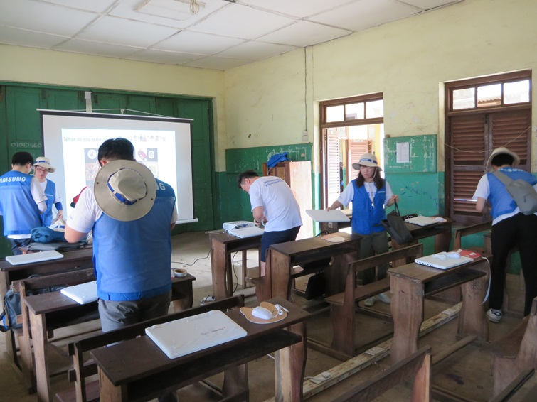 Bishop's Girls Basic School Accra 교실에서 준비중인 삼성 임직원들