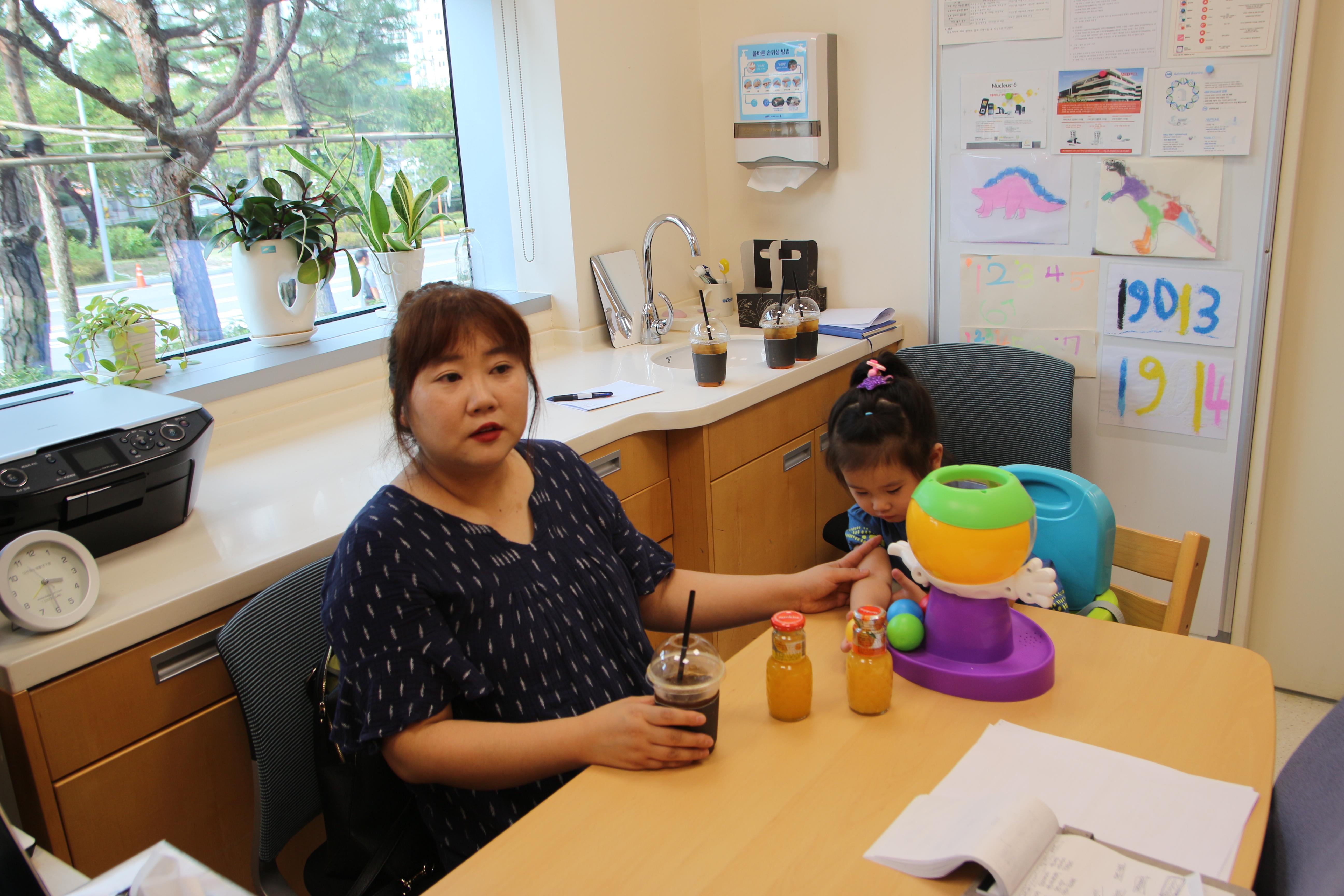 인공와우지원사업에 지원한 시우양과 어머니