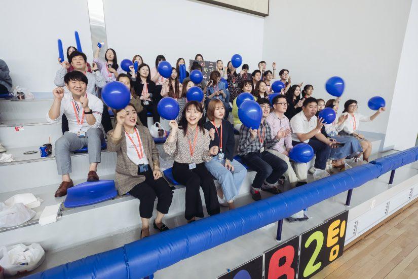 ▲ 파란 풍선과 응원봉을 들고 결승전 응원을 위해 참석해준 FAB2팀 직원들