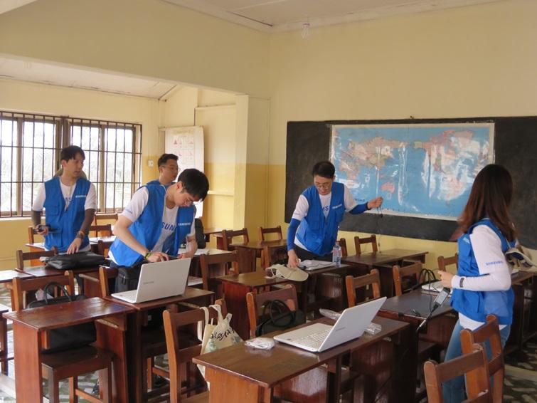Bishop's Girls Basic School Accra에서 수업준비를 하고 있는 임직원들의 모습