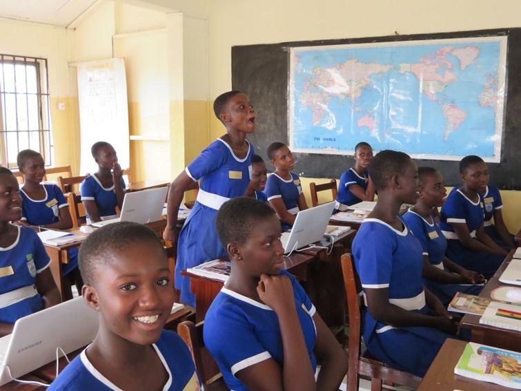 Bishop's Girls Basic School Accra 학생들이 자신의 꿈을 발표하는 모습