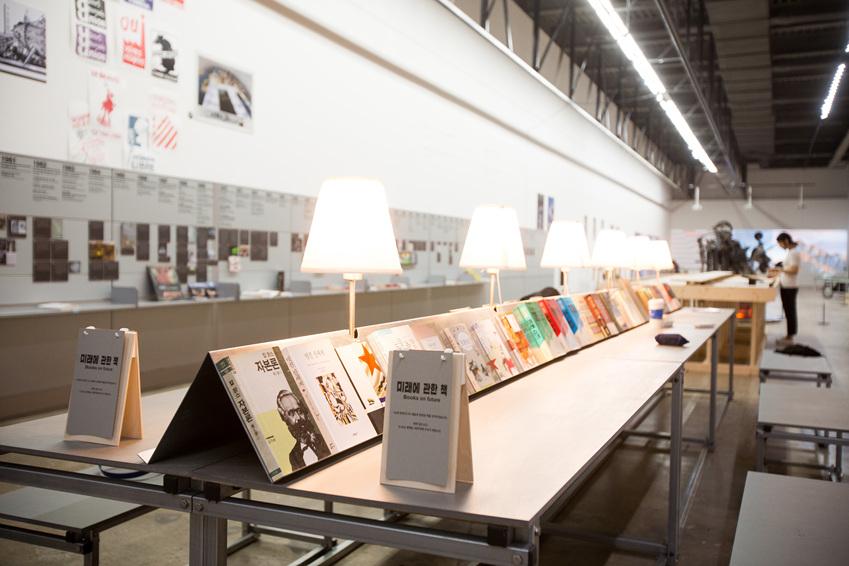 ▲ 전시장 중앙에는 미래에 관한 책을 읽을 수 있는 공간이 마련되어 있다