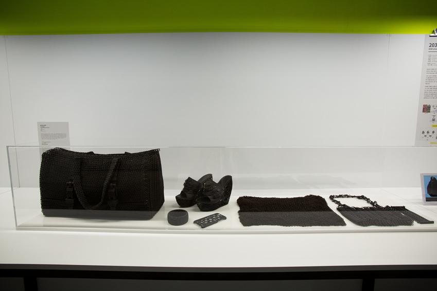 ▲ 3D 프린팅 작업을 통해 여행 짐을 없애고 컴퓨터 파일 하나로 여행용 키트를 만들어 낼 수 있다는 <로스트 러기지>
