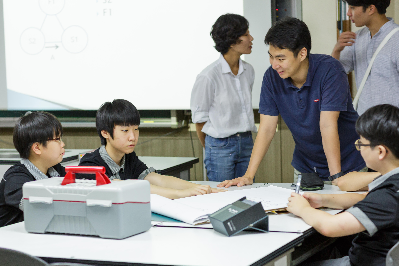 ▲ 학생들과 이야기를 나누고 있는 남경태님(삼성전자 볼런테인먼트 재능 봉사팀)의 모습