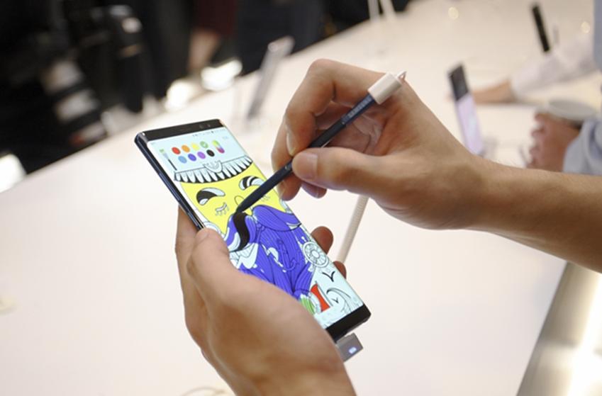 갤럭시 노트8을 통해 색연필 없이도 컬러링북으로 힐링할 수 있습니다. 갤럭시 노트 시리즈의 그림 공유 SNS인 펜업을 통해서 만나보세요.
