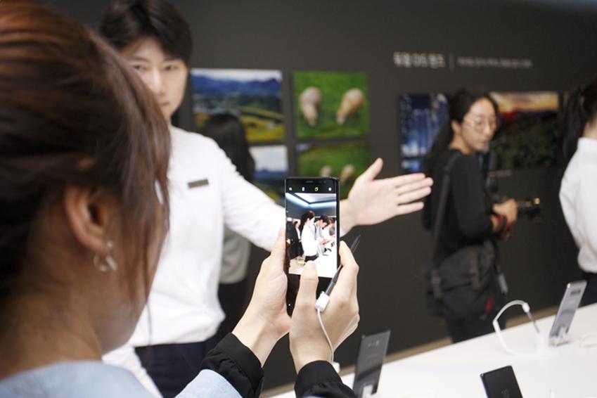 이날 행사장에는 갤럭시 노트8을 직접 체험해볼 수 있는 체험존이 마련되었는데요. 참석자들은 궁금했던 기능들을 차례차례 체험해봤습니다. 라이브 포커스와 듀얼 캡처 등 강력한 듀얼 카메라가 단연 인기였습니다.