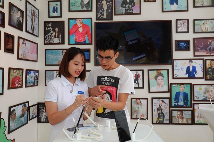 베트남 하노이 갤럭시 스튜디오에서 갤럭시 노트8으로 다양한 활동을 즐기는 방문객들의 모습