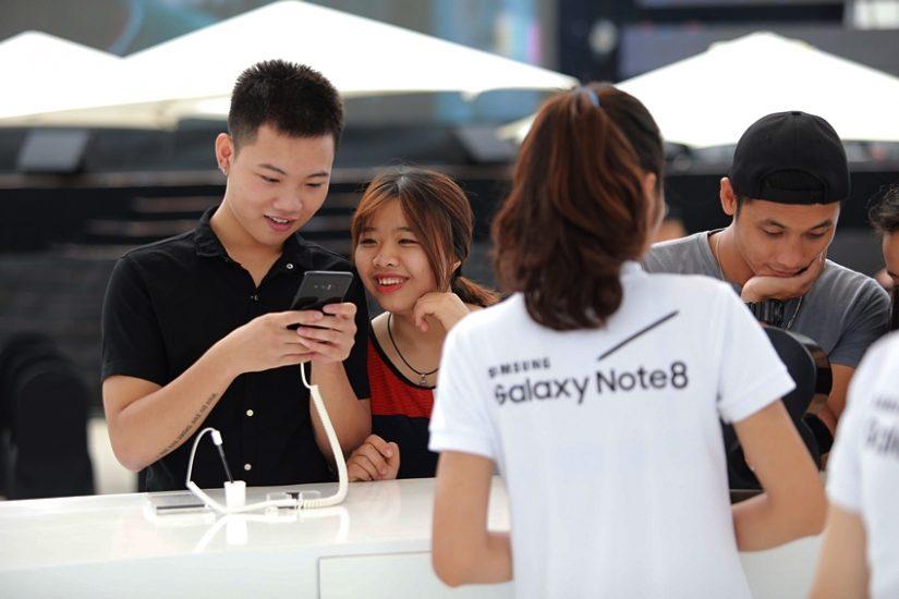 베트남 하노이 갤럭시 스튜디오 방문객들이 삼성 페이, 갤럭시 노트8을 체험하는 모습