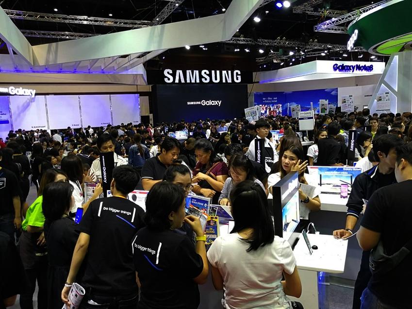 태국 모바일 엑스포의 삼성전자 부스에서 갤럭시 노트8을 체험하는 관람객들의 모습