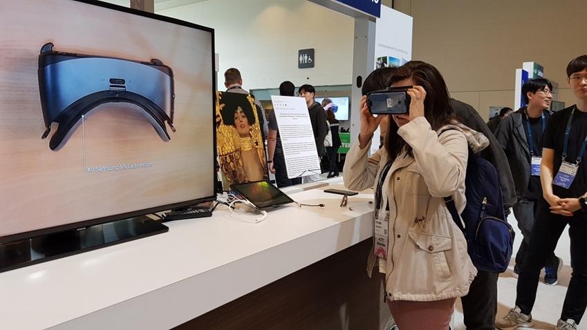▲ 저시력자를 위한 시각 보조 애플리케이션 '릴루미노(Relúmĭno)'를 직접 체험해보고 있는 콘퍼런스 참석자들
