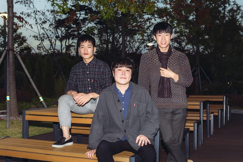 ▲ 밴드의 리더 전유석 씨(가운데)는 삼성전자 임직원들의 의외로 좋은 반응을 보여주어 감동 받았다며 기회가 된다면 다음에도 기분 좋은 노래와 함께 다시 만났으면 좋겠다고 전했다