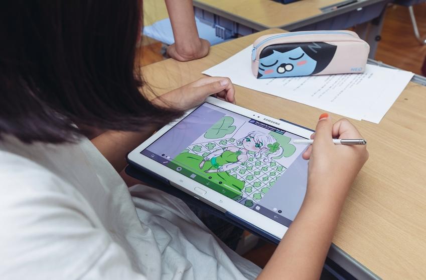 태블릿으로 그림을 그리는 아이