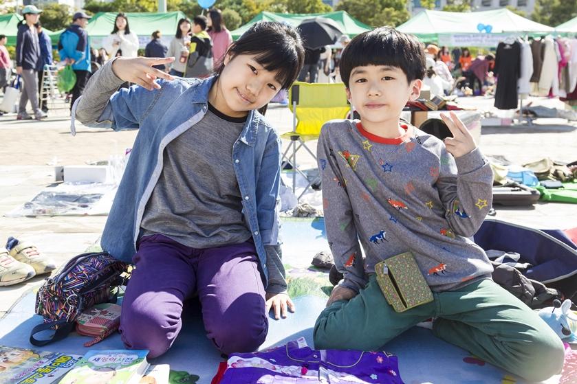 ▲ 빚고을 나눔장터에서 만화책과 인형을 파는 남매 김민서 양(12)과 김진찬(10) 군
