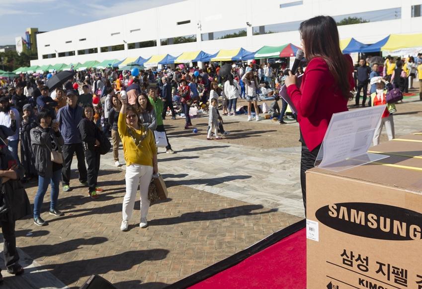 ▲ 이날 경매전은 삼성전자가 후원한 가전제품과 문재인 대통령 내외를 비롯한 명사들이 기증한 물품들로 진행되었다