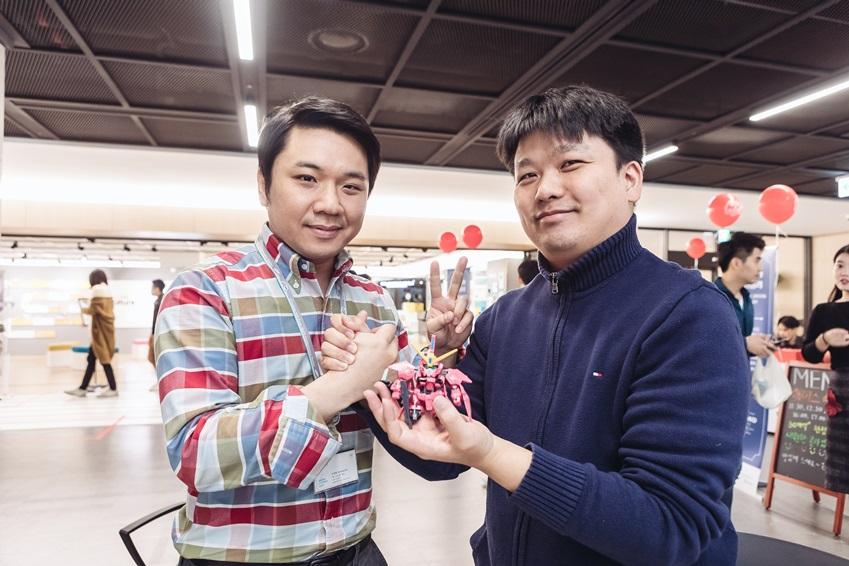 ▲ 건담 프라모델 조립 프로그램 최종 우승자인 김재형 씨(왼쪽)와 한상민 씨(오른쪽)