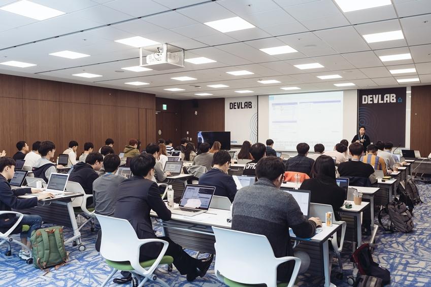 ▲ DEVLAB1 카카오페이 서버 개발 담당 이준영 개발자의 강연과 실습에 몰두하고 있는 참가자들