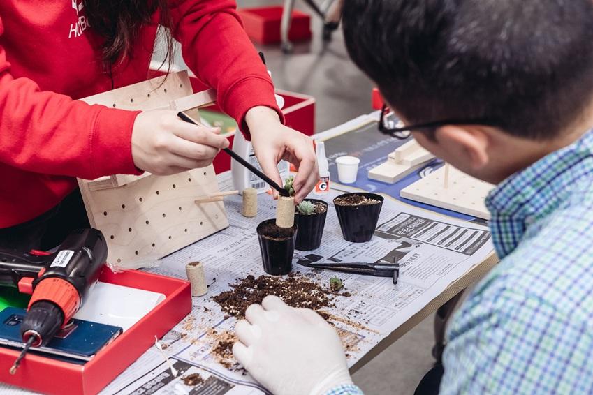 ▲ 코르크를 이용해 선인장, 알로에와 같은 다육 식물의 작은 화분을 만드는 시간. '코르크 다육이 만들기' 프로그램