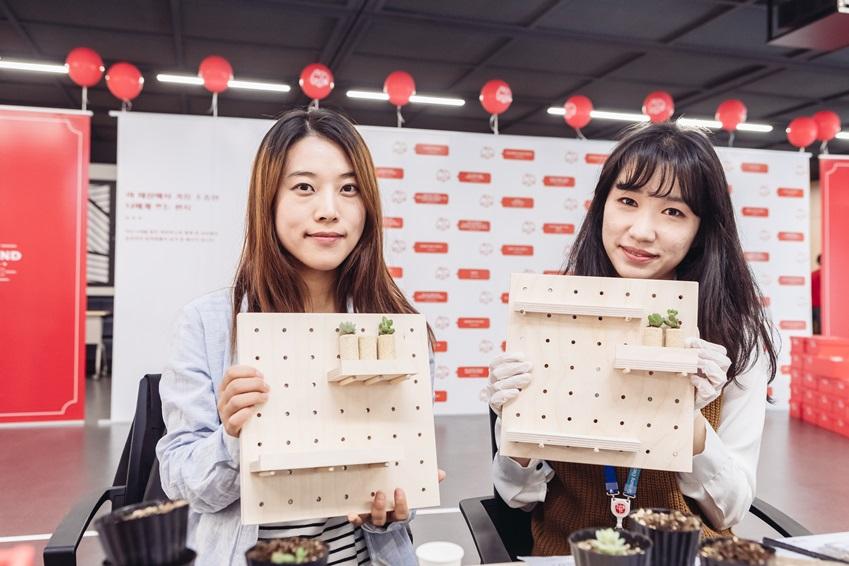 ▲ 이벤트 공고를 통해 팀 선배와 함께 '코르크 다육이 만들기'에 참가하게 되었다는 Access검증Lab의 김나래 씨(왼쪽)