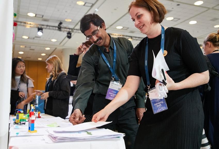 ▲ 엘린 월버그 씨가 콘퍼런스에 참여한 학생들, 개발자들이 워크숍에서 직접 만든 프로토타입을 설명하고 있다.