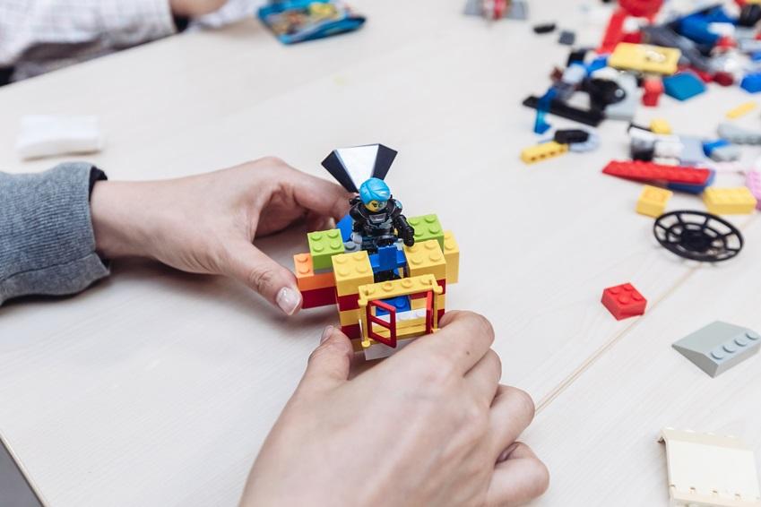 ▲ 직접 레고를 조립해 만든 미니카로 경주에 나선다. 미니카의 외형을 꾸미는 창의성과 미니카의 섬세한 조작이 모두 요구되는 '레고 미니카 경주' 프로그램