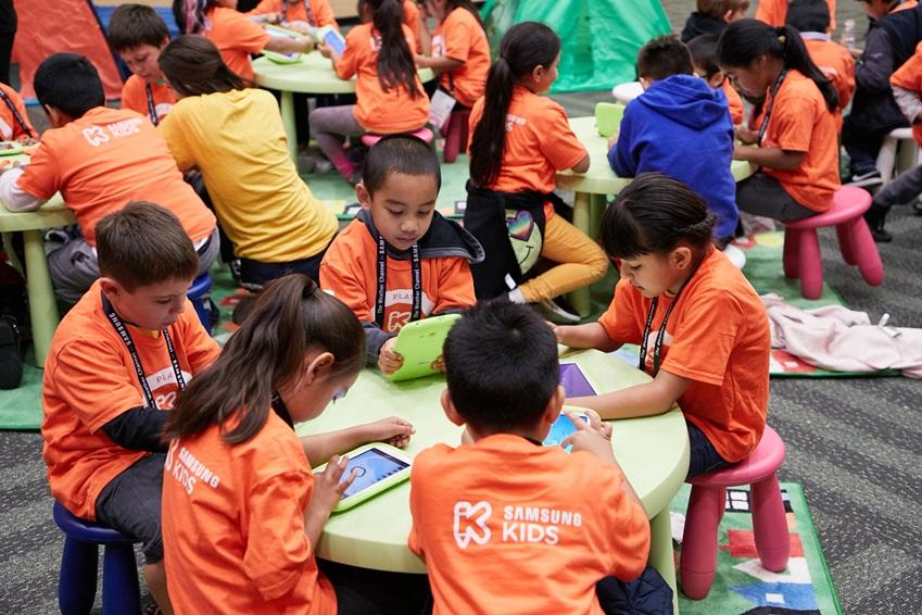 키즈 태블릿으로 블록 코딩을 놀이하고 있는 아이들의 모습, SAMSUNG KIDS