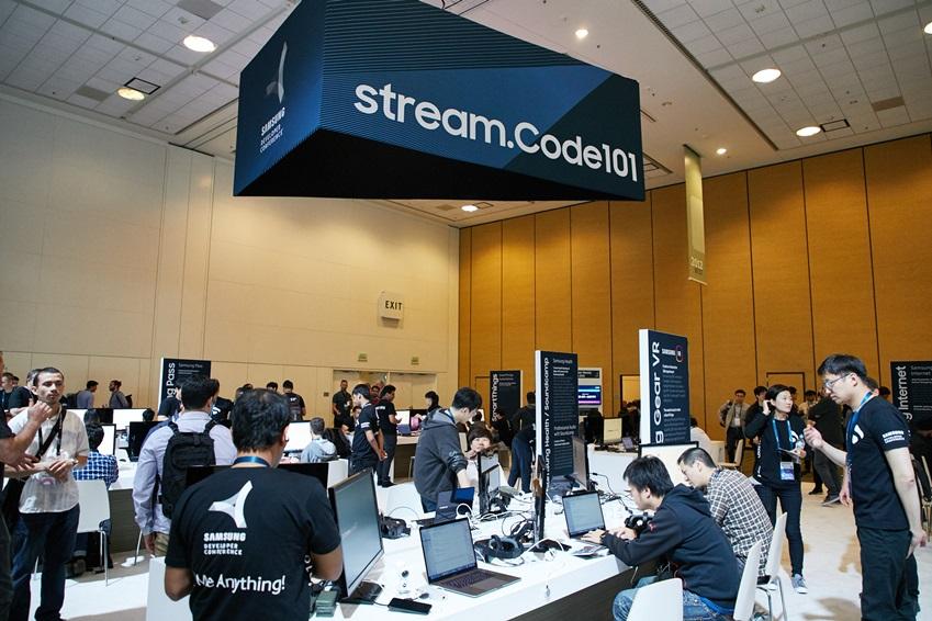 '스트림.코드 101(stream.Code 101)' 코너에서 삼성전자의 SDK를 이용해 직접 프로그램을 짜보고 시연해 보는 모습